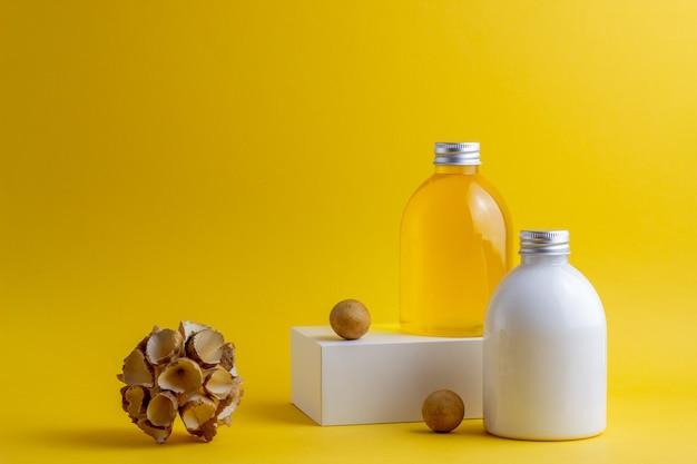 Cosmetici su giallo. minimalismo. cura della pelle.