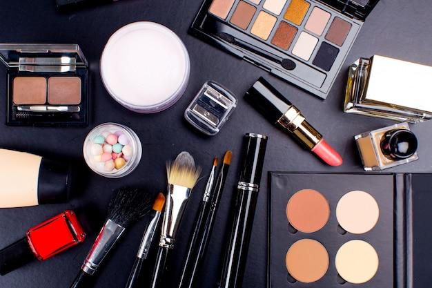 Cosmetici su superficie scura, primo piano