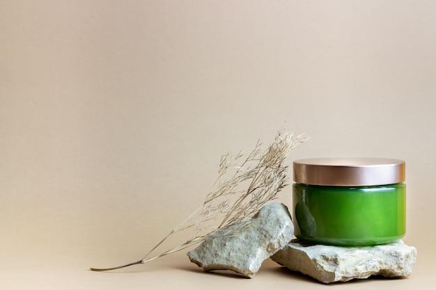 Cosmetici su un marrone. minimalismo. cura della pelle. cura del corpo.