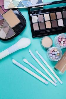 Cosmetici sul posto di lavoro blu. vista dall'alto