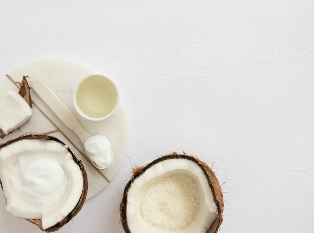 Cosmetico organico casalingo con la noce di cocco per la stazione termale su fondo bianco