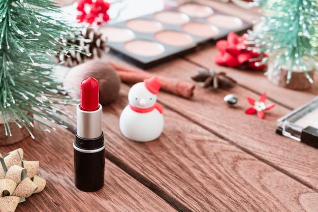 Cosmetico rossetto e donna con ornamenti natalizi