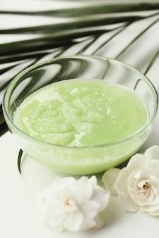 Cosmetologia prodotto naturale con fiori