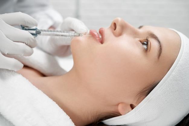 Cosmetologo mantenendo la puntura con il collagene