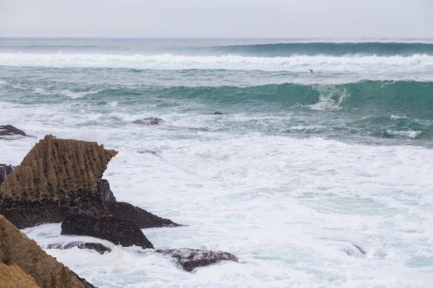 Costa atlantica con surf in giornata nuvolosa