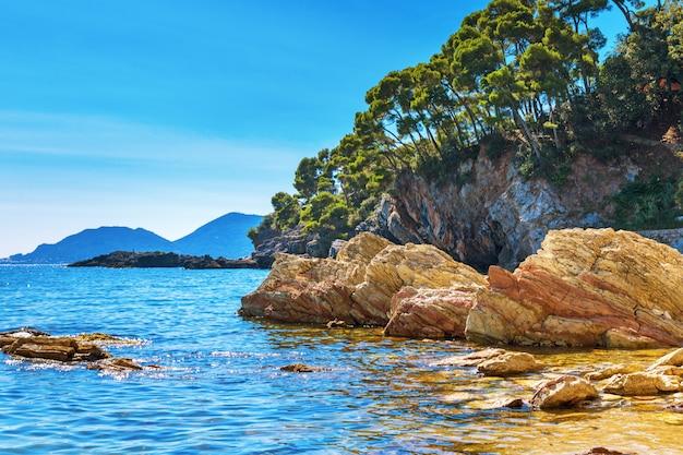 Costa con enormi pietre e roccia. costa ripida. spiaggia rocciosa
