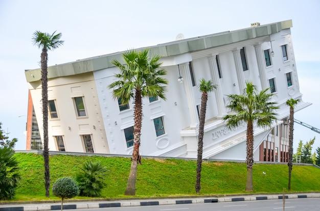 Costa del mar nero di edifici moderni aperti al pubblico.