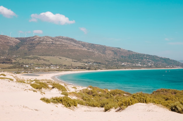 Costa del mare con colline e mare blu