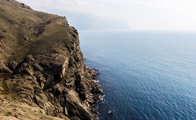 Costa del mare con rocce. paesaggio marino.