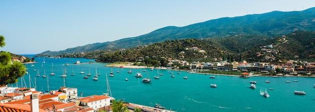 Costa dell'isola di paros in grecia vista dall'alto in un giorno d'estate