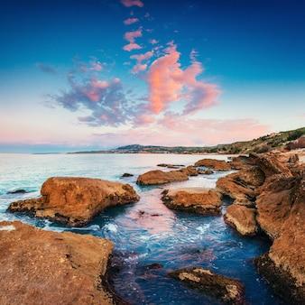 Costa rocciosa scenica capo milazzo. sicilia, italia.