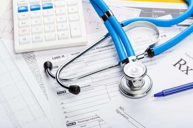 Costi dell'assistenza sanitaria. stetoscopio e calcolatrice
