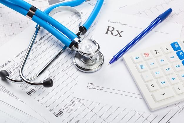 Costi sanitari. stetoscopio e calcolatrice