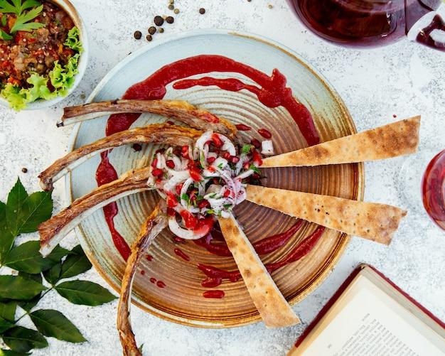 Costine di carne con cipolle e melograno