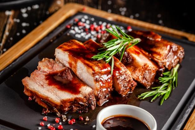 Costine di maiale alla griglia con salsa alla griglia