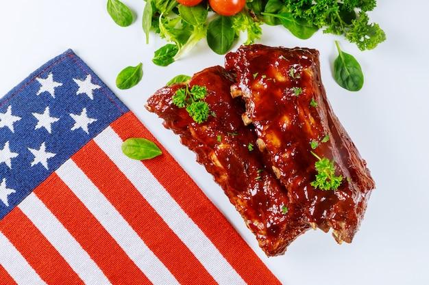 Costine di maiale con bandiera americana per le vacanze negli stati uniti.