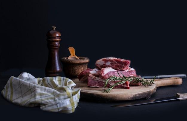 Costine di maiale crude con un rosmarino