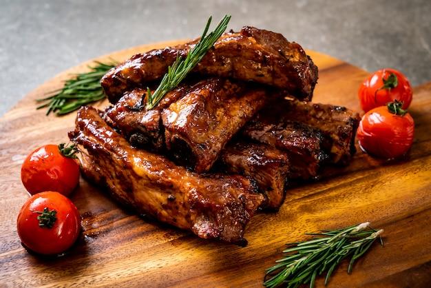 Costine grigliate di maiale alla brace