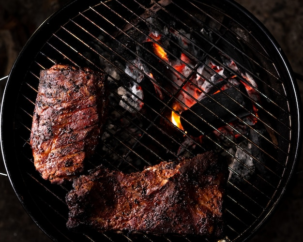 Costole affumicate su barbecue, vista dall'alto