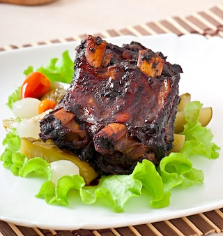 Costolette di manzo al forno con miele marinato di soia e verdure marinate