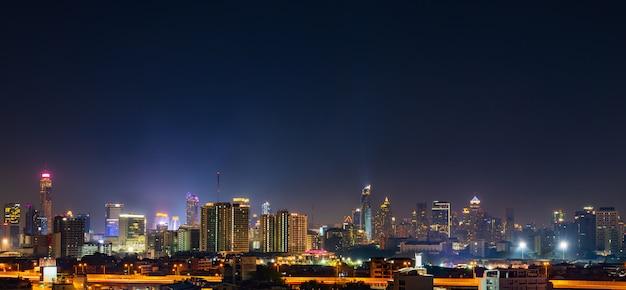 Costruire con il cielo di notte a bangkok, in thailandia