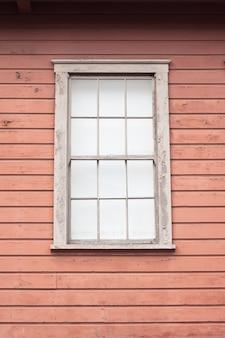 Costruire con parete marrone e finestra frontale