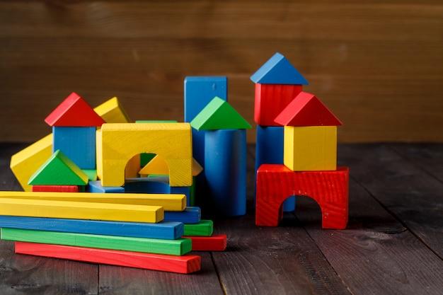 Costruire da blocchi di legno colorati per bambini