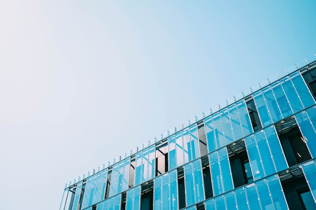 Costruire in una facciata di vetro durante il giorno