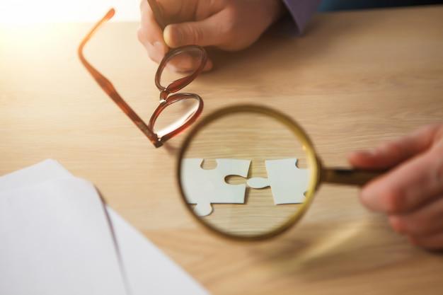 Costruire un successo aziendale. mani con puzzle