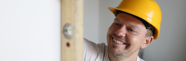 Costruttore che tiene strumento di costruzione.