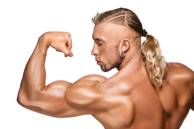 Costruttore di corpo maschio attraente su fondo bianco