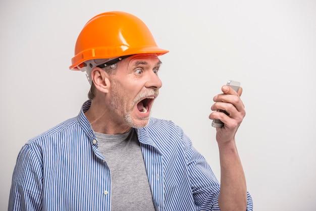 Costruttore parlando al telefono