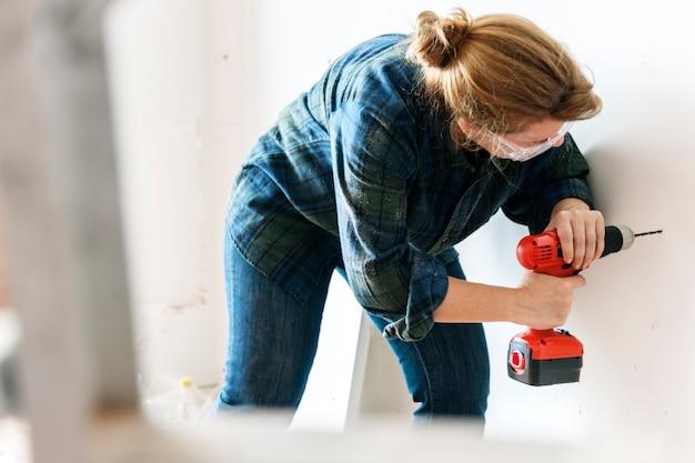 Costruttore tuttofare lavorando e utilizzando un cacciavite