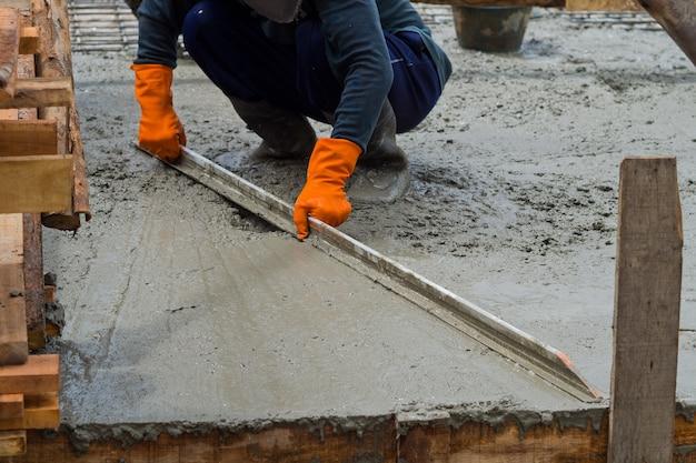 Costruzione casa, operaio, costruzione ferri da costruzione, calcestruzzo e attrezzature