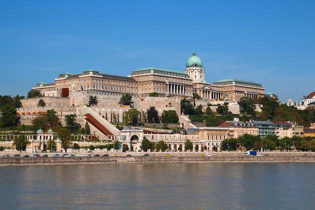 Costruzione del parlamento a budapest, ungheria in una luminosa giornata di sole dall'altra parte del fiume