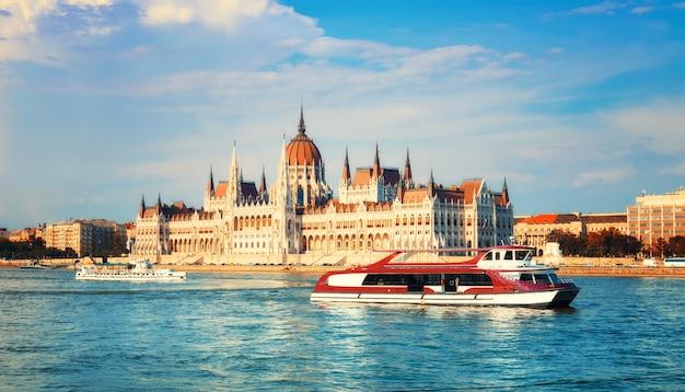 Costruzione del parlamento a budapest, ungheria in una luminosa giornata di sole