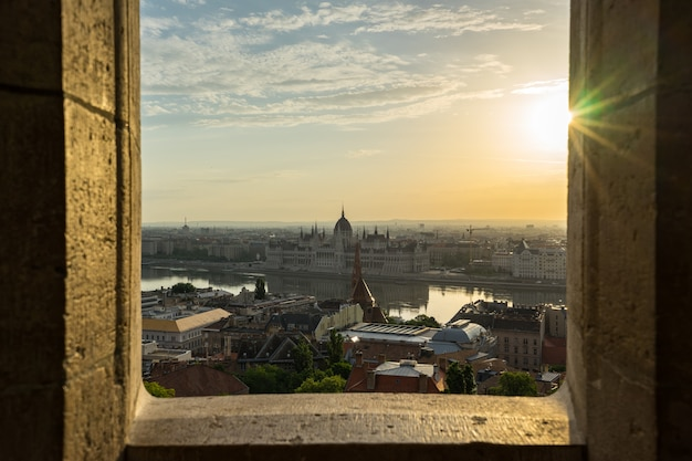 Costruzione del parlamento di budapest con la vista del fiume di danubio in ungheria