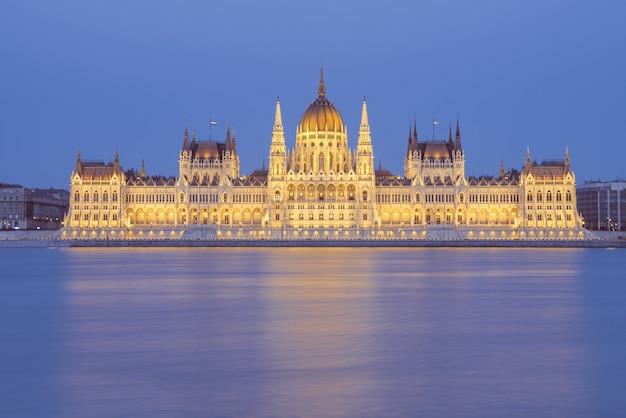 Costruzione del parlamento di notte a budapest, ungheria