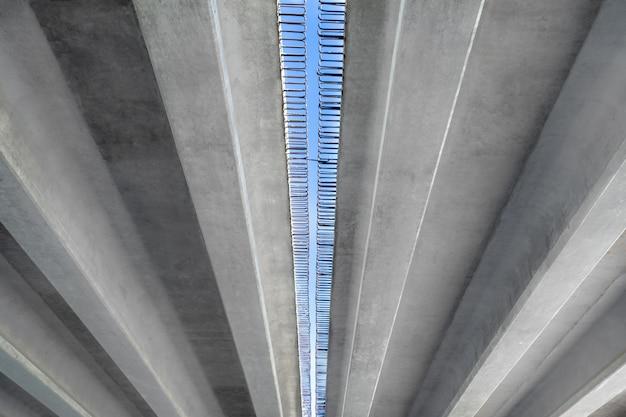 Costruzione del ponte blocchi di cemento con rinforzo contro il cielo.