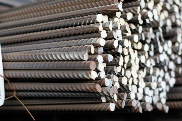 Costruzione di armature nel magazzino della fabbrica metallurgica. primo piano della costruzione dell'armatura.