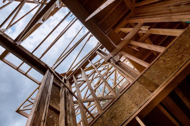Costruzione di edifici, struttura di strutture in legno nel nuovo sito di sviluppo immobiliare