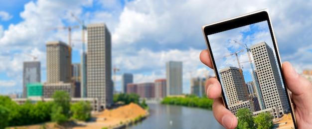 Costruzione di grattacieli residenziali nella città moderna
