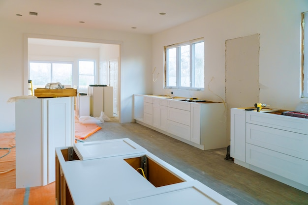 Costruzione di interior design di una cucina con cassetti di cucina