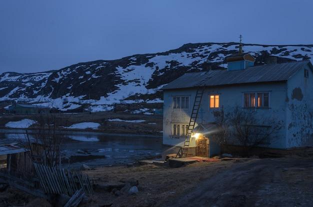 Costruzione di un negozio abbandonato nel villaggio di teriberka, kola peninsula.