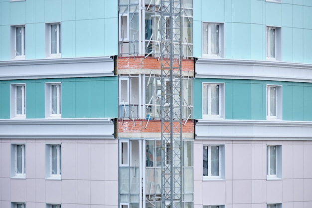 Costruzione di un nuovo edificio residenziale con rivestimento moderno in materiale.