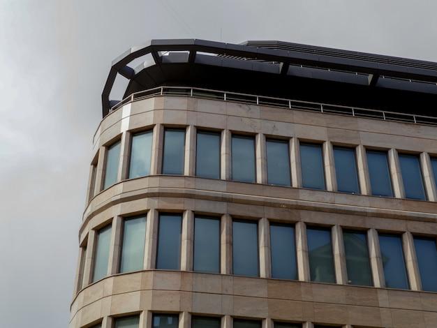 Costruzione moderna di vetro del grattacielo nella città