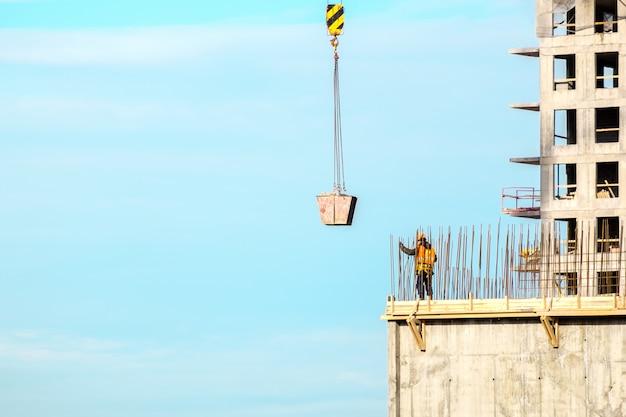 Costruzione. paesaggio urbano. cielo blu