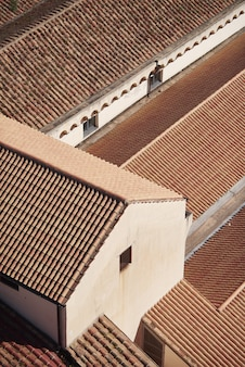 Costruzioni bianche con i tetti rossi sotto luce solare