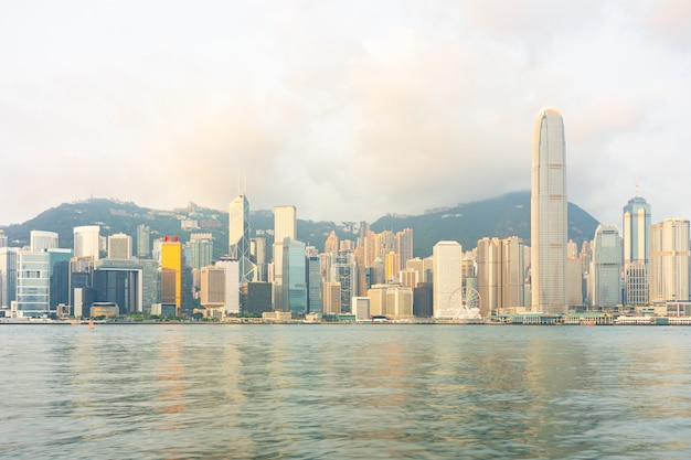 Costruzioni del grattacielo del punto di riferimento di panorama al porto di victoria in hong kong city