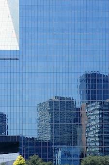Costruzioni del grattacielo dello specchio della città del centro di dallas